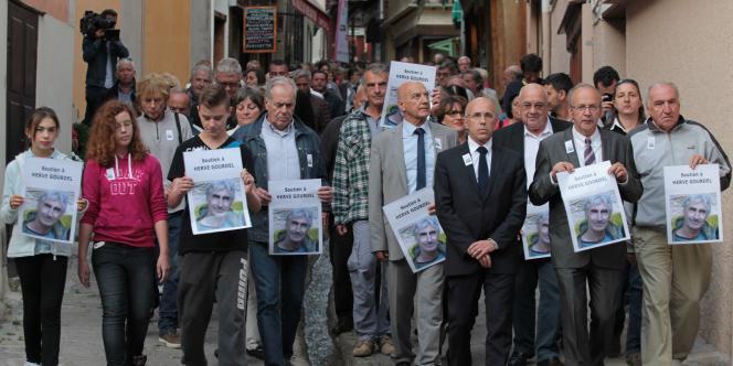 Henri Giuge, le maire de Saint-Martin-Vésubie (deuxième en partant de la droite) et le député Eric Ciotti (troisième en partant de la droite) parmi les manifestants, lors de la marche de soutien à Hervé Gourdel, le 23septembre.