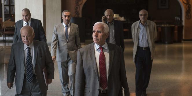 Azzam Al-Ahmad (au centre), chef de la délégation du Fatah lors des pourparlers avec le Hamas auCaire, le 24septembre.