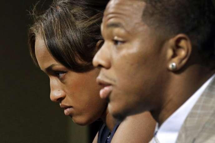 Ray Rice et sa femme Janay lors d'une conférence de presse sur l'affaire le 8 septembre.