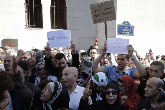 Rassemblement en hommage à Hervé Gourdel devant la Grande Mosquée de Paris, le26septembre.