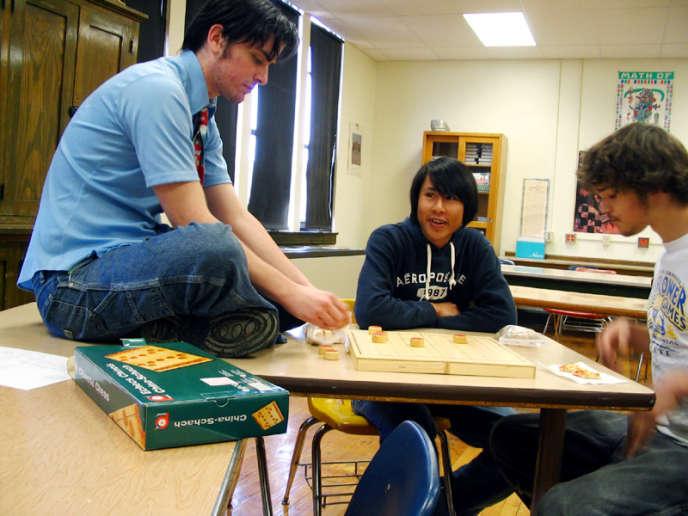 Des étudiants jouent aux échecs chinois, le 12 mai 2006.