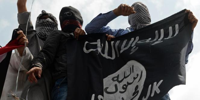Au Cachemire, des manifestants brandissent un drapeau de l'Etat islamique durant une mobilisation contre les frappes israéliennes à Gaza en juillet.