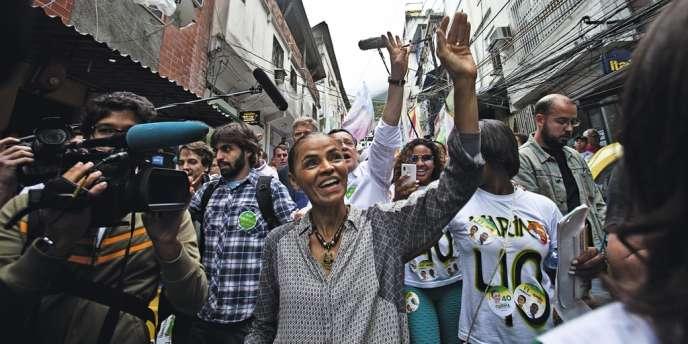 Le 30 août 2014, Marina Silva en campagne à Rocinha,  la plus grande favela de Rio de Janeiro. La candidate du Parti socialiste brésilien (PSB) est née à Bagaço, village pauvre d'Acre, en Amazonie.