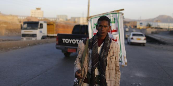 Un rebelle houthi tient un barrage à Sanaa, le 27 septembre.