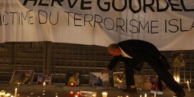 Rassemblement à Nice en hommage à l'otage français tué par des djihadistes en Algérie.