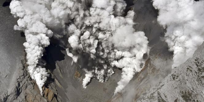 La fumée dégagée par l'éruption du mont Ontake.