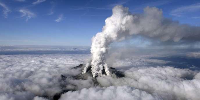 Le volcan Ontake projette des cendres et des pierres, le 27 septembre 2014.