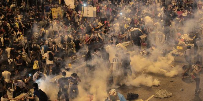 La police, déployée autour des bâtiments abritant le siège du gouvernement de Hongkong, a tiré plusieurs salves de gaz lacrymogène pour éloigner les manifestants.