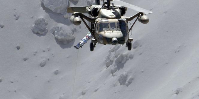 Des hélicoptères des forces d'autodéfense ont été dépêchés sur place.