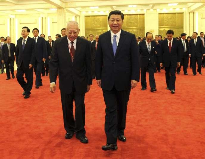 Le président chinois Xi Jinping, à droite, en compagnie de Tung Chee-hwa, chef de l'exécutif de Hongkong entre 1997 et 2005, le 22 septembre à Pékin.