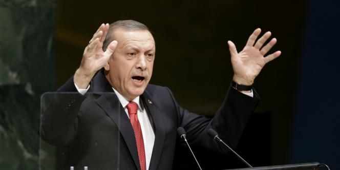 Recep Tayyip Erdogan a estimé lundi 24 novembre que les femmes ne pouvaient naturellement pas être l'égal des hommes.