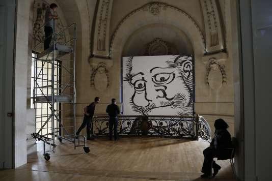 """Détail d'une reproduction de """"Daruma"""" (1817), lors de l'installation de l'exposition """"Hokusai (1760-1849)"""", au Grand Palais, à Paris, le 29 septembre."""