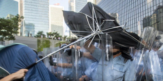Armés de parapluies, des opposants au régime ont répliqué aux forces de l'ordre, à Hongkong, le 27 septembre.
