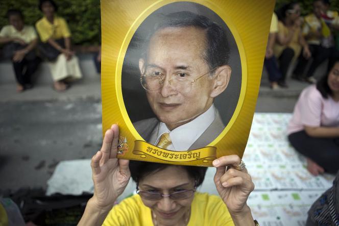 Des Thaïlandais lors d'une manifestation de soutien au roi Bhumibol Adulyadej, le 15 septembre à Bangkok.