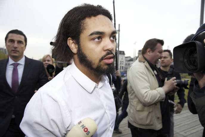 Le citoyen belge Jejoen Bontinck, suivi de son avocat, Kris Luyckx (gauche), arrive au tribunal correctionnel d'Anvers pour le premier jour du procès de Sharia4Belgium, le 29 septembre 2014.