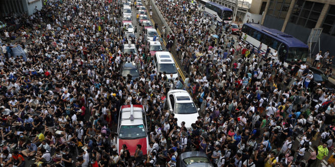 Des dizaines de milliers de manifestants ont afflué vers les bâtiments du gouvernement de Hongkong, le 28 septembre.