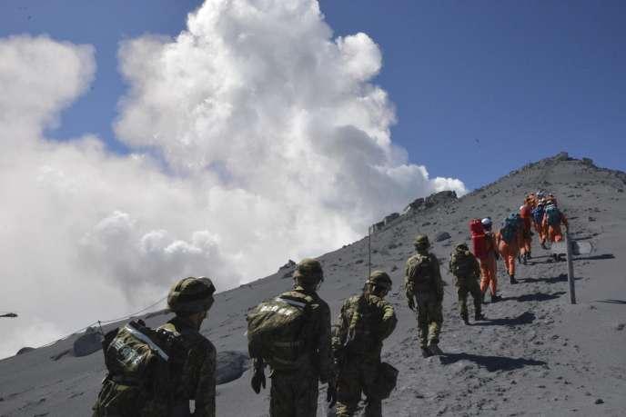 Le 28 septembre, lors d'une opération de sauvetage sur le mont Ontake, au Japon.