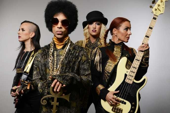 Prince et ses 3rdEyeGirl, la guitariste Donna Grantis (à gauche), la bassiste Ida Nielsen et la batteuse Hannah Ford.