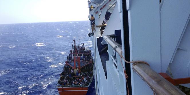 Sauvetage d'un petit bateau de migrants au large de Chypre, le 25 septembre 2014.