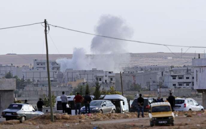 La ville syrienne de Kobané visée par un tir de mortier de l'Etat islamique, le 29 septembre 2014.