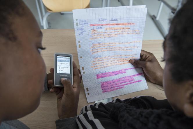 Chaïma et Anissa utilisent un baladeur MP4 pour s'enregistrer lors d'un cours d'anglais.