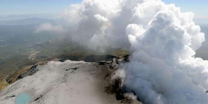 Les images des télévisions montraient de très importants nuages de vapeur et fumées cendrées mêlées de gaz toxiques, dont l'ampleur a augmenté depuis lundi.