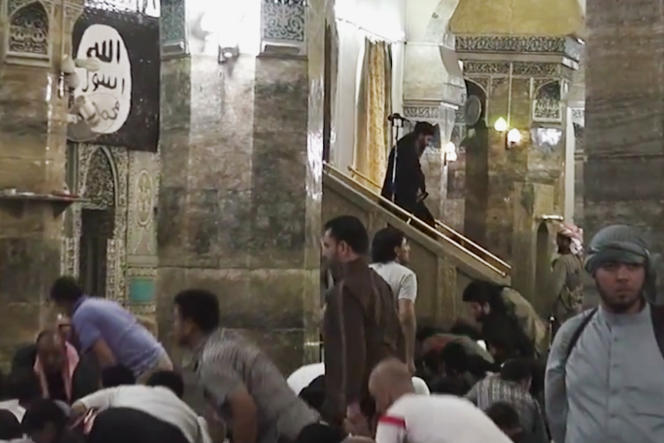 Image extraite d'une vidéo postée sur le Web, le 5 juillet, montrant le leader de l'EI à la fin d'un de ses sermons dans une mosquée irakienne.