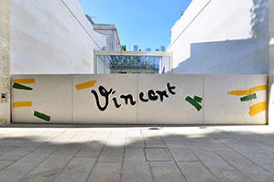 """Portail réalisé par Bertrand Lavier, """"Vincent,  2014"""", pour la Fondation Van Gogh d'Arles (2,30 x 12 m), résine sur mousse polyuréthane."""