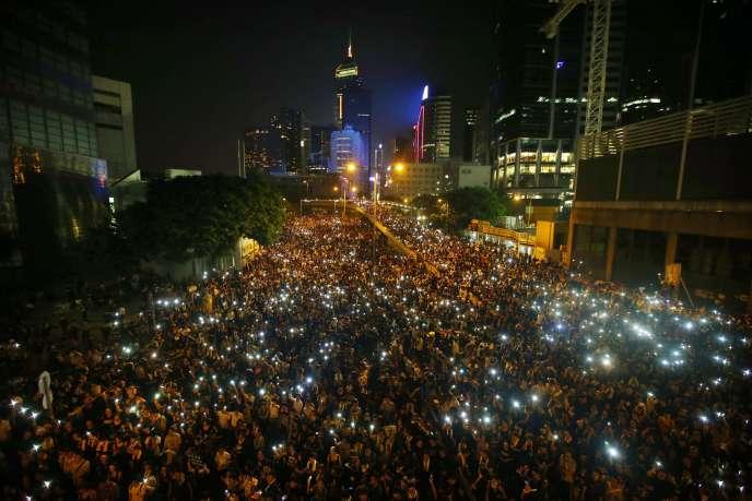 Des manifestants bloquant la rue principale du quartier financier de Hongkong, le 29 septembre 2014.