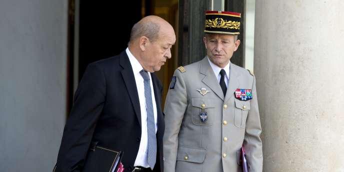 Le ministre de la défense, Jean-Yves LeDrian, et le chef d'état-major des armées, Pierre deVilliers, à leur sortie de l'Elysée, le1eroctobre.