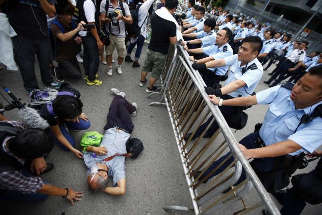 Des policiers tentant d'évacuer des manifestants devant le siège de l'exécutif à Hongkong, le 2octobre.