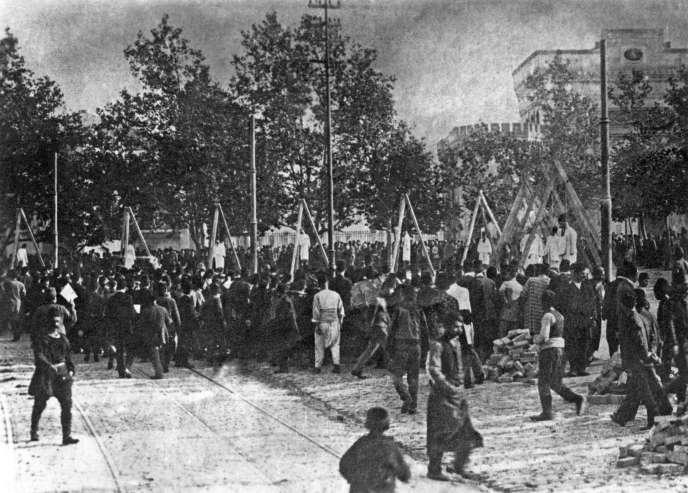 Dans l'empire ottoman, de 1915 à 1916, le massacre de la population arménienne par les Turcs est systématiquement organisé. Ici, des pendaisons publiques à Istanbul, en juin 1915.