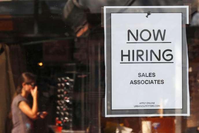 «Now Hiring»(« nous embauchons») sur la porte d'unmagasin, à Boston, Massachusetts.