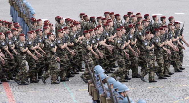 Des membres du 8e régiment de parachutistes d'infanterie de marine défilant à Paris, le 14 juillet.