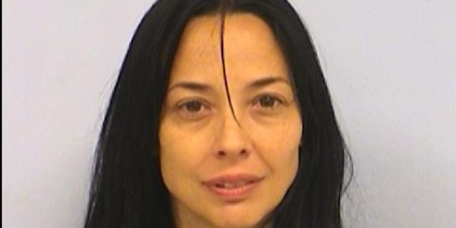 D'après le mandat d'arrêt, Dara Llorens est âgée de 44ans. Elle est accusée d'«enlèvement aggravé» commis le21avril2002.