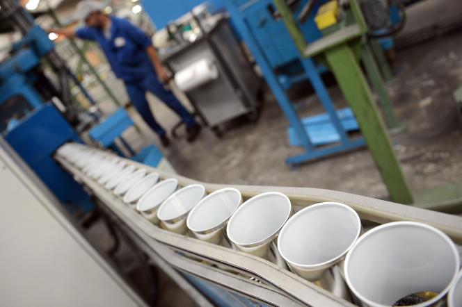 Une usine de boîtes de conserve contenant un film composé de bisphénol A, l'un des perturbateurs endocriniens les plus connus, à Massilly (Saône-et-Loire).