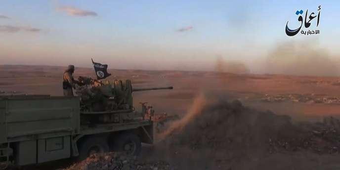 S'ils faisaient sauter le verrou de Kobané, les djihadistes contrôleraient une longue bande territoriale continue au nord de la Syrie, le long de la frontière turque. Ici une capture d'écran d'une vidéo d'Aamaq News, une chaîne sur YouTube qui poste des vidéos des régions sous contrôle de l'EI.