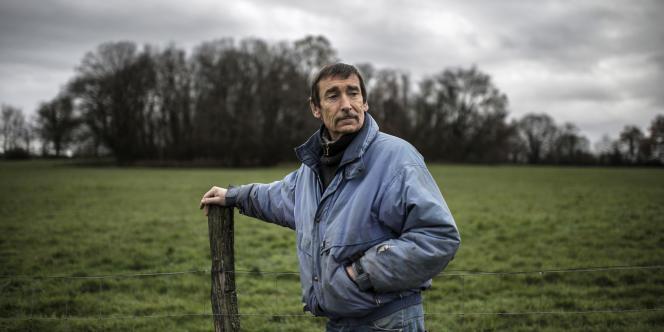 Philippe Layat, dernier agriculteur à résister à l'expropriation d'une partie de ses terres pour la construction du futur grand stade de Lyon, décembre 2012.