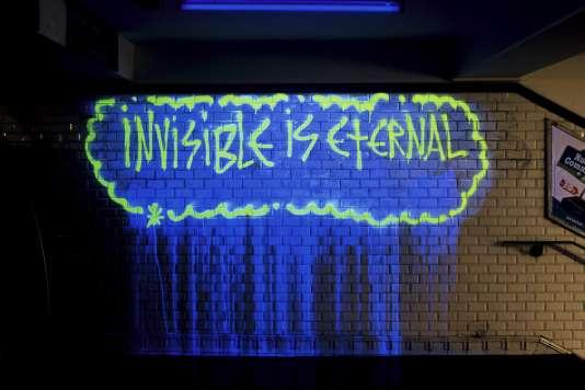 Tag de Zevs, réalisé en peinture ne réagissant qu'à la lumière noire. Pour voir l'invisible... A la Fondation EDF