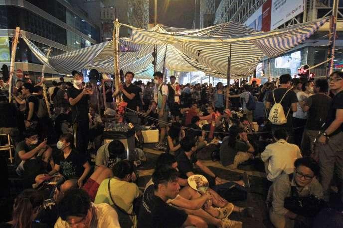 Manifestants pro-démocratie bloquent la route principale de Mongkok  dans le quartier commerçant de Hong Kong,  le 3 octobre 2014.