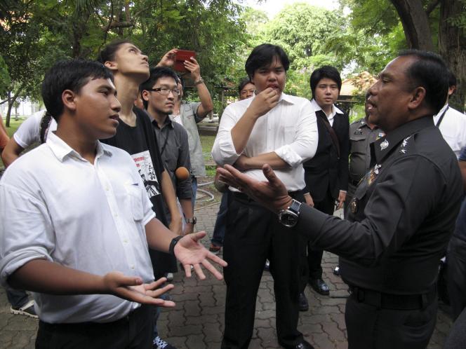 Des étudiants face à un militaire, le 18 septembre, sur un campus de l'université de Thammasat, près de Bangkok, après l'interruption d'un séminaire interdit par la junte.