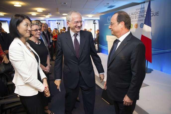 Olivier Schrameck, président du Conseil supérieur de l'audiovisuel (CSA), et François Hollande, jeudi 2 octobre, dans les locaux du CSA, à Paris.