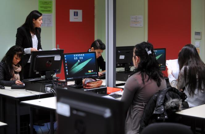 François Hollande avait annoncé début septembre le plan numérique à l'école, promettant son application « dans toutes ses dimensions à la rentrée 2016 ».