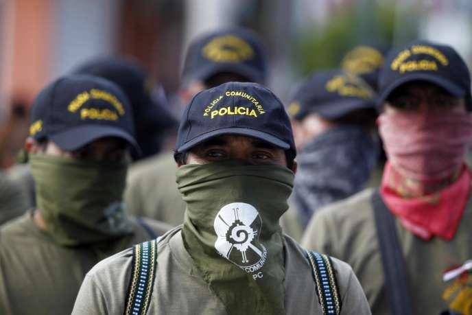 Des membres des forces de police de l'Etat de Guerrero pendant la manifestation réclamant des explications sur la disparition de 43 étudiants.