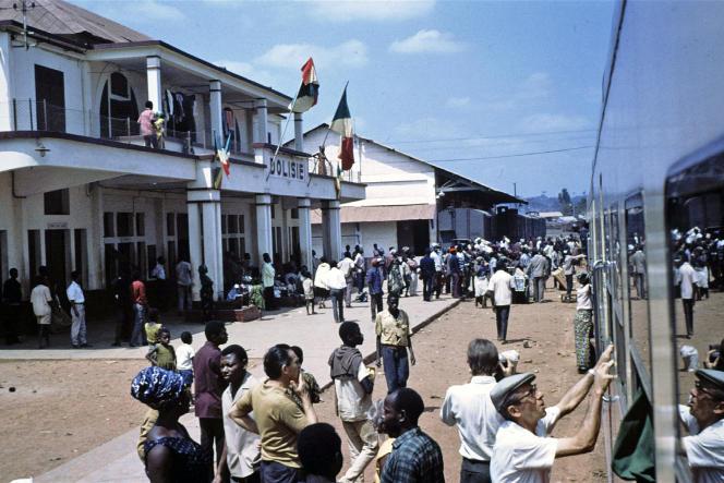 La gare de Dolisie, en République du Congo (Congo-Brazzaville), en 1967. Le développement du chemin de fer, notamment, a permis au virus du sida de se propager en Afrique.