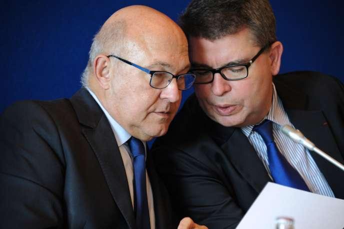 Le ministre des finances Michel Sapin, avec le directeur général du Trésor, Bruno Bézard (à droite), en octobre 2014.