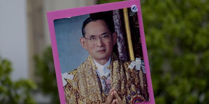 Un Thaïlandais brandit un portrait du roi, le 15 septembre à Bangkok.