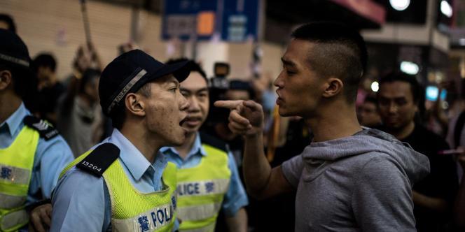 Les chefs de file étudiants des manifestations prodémocratie reprochent à la police d'avoir laissé des groupes mafieux les attaquer.