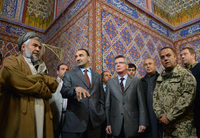 Atta Mohammed Noor, en novembre 2012 à Mazar-e-Charif, avec Thomas de Maizière, alors ministre allemand de la défense.