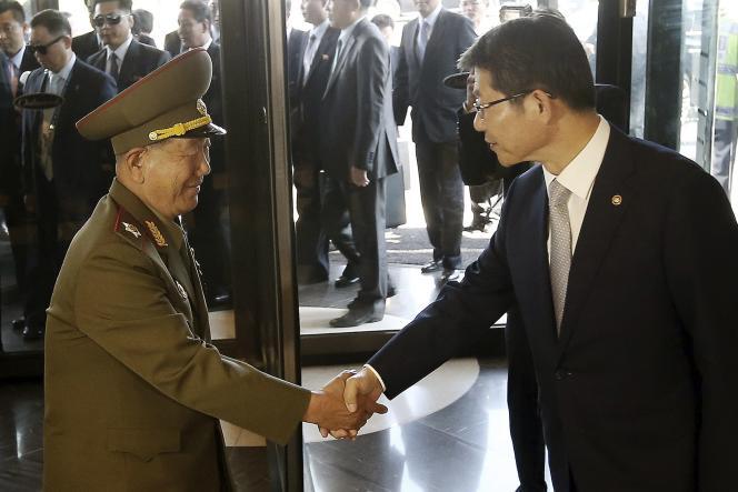 Le vice-président de la Commission nationale de défense nord-coréenne, Hwang Pyong-so, et le ministre de l'unification sud-coréen, Ryoo Kihl-jae.